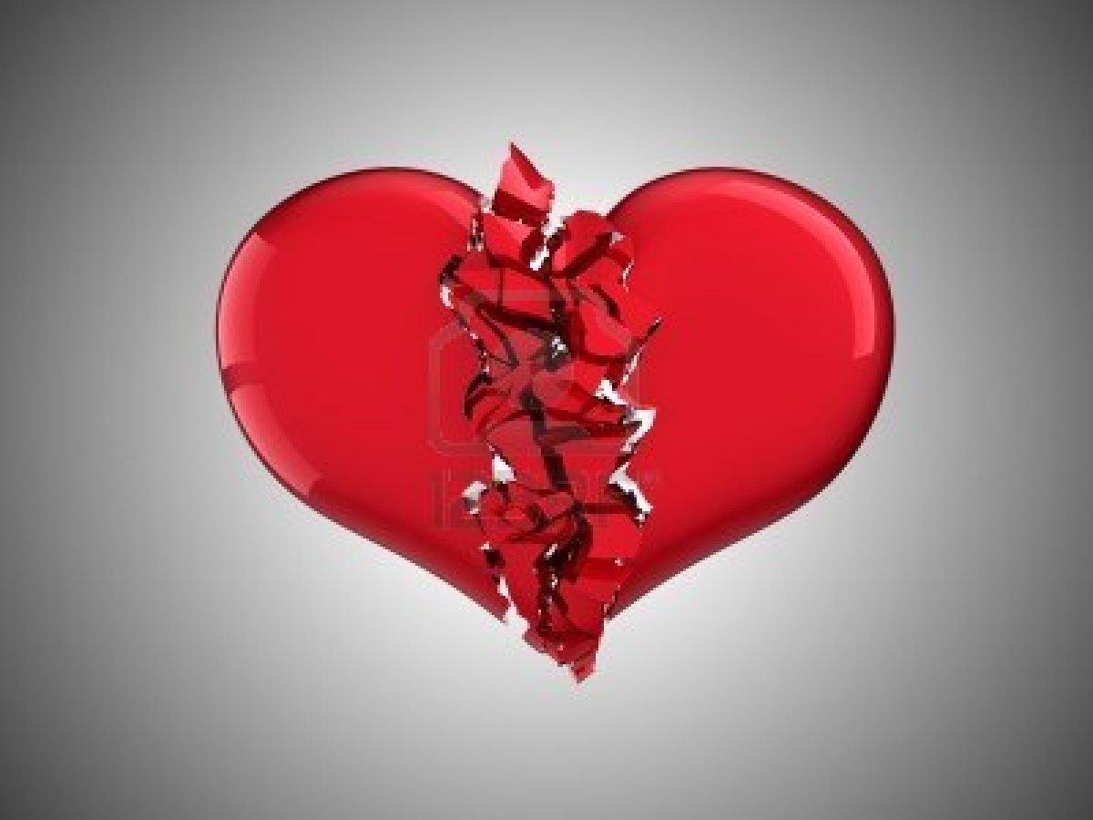 8295605-divorzio-e-amore-cuore-spezzato-su-sfondo-grigio
